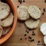 Домашние крекеры с луком и чашечка горячего чая — вкусная пауза на английский манер