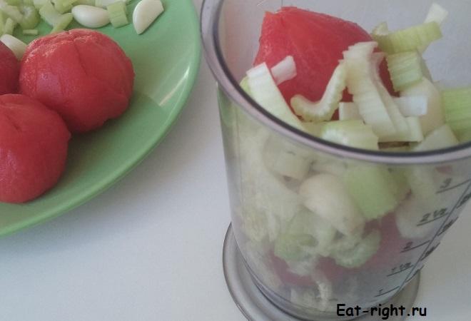 Рецепт супа Гаспачо Овощи моем, чеснок чистим С томатов необходимо снять шкурку,